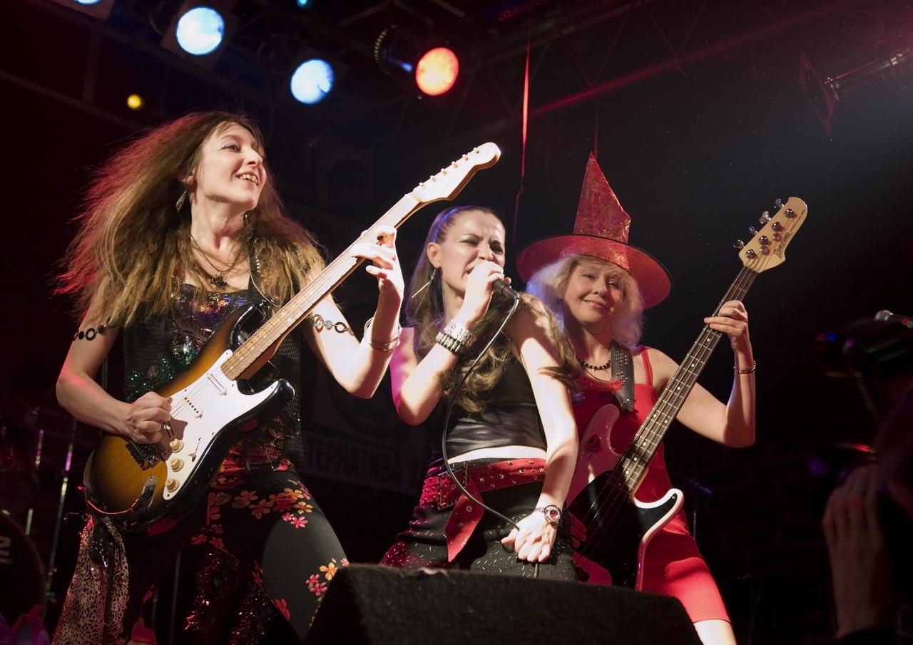 Смотреть женские рок группы голые на сцене
